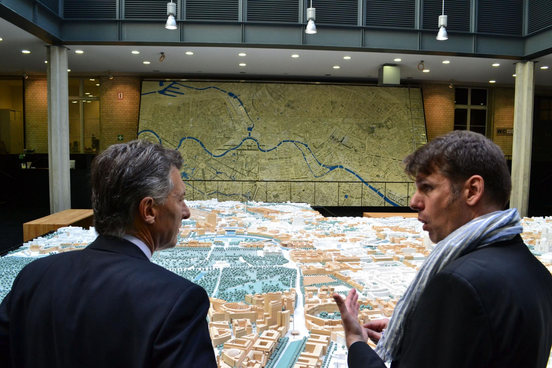Mauricio macri con el urbanista ares kalandises en berlin 6964170474 - foto gcba wikimedia commons